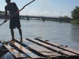 El cruce fronterizo del río Suchuiate entre México y Guatemala. Quienes tienen visa pasan de Guatemala a México por el puente y quienes carecen de ella deben atravesar el río en una balsa improvisada. Crédito: Madeleine Penman/Amnistía Internacional
