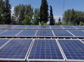 Parte de los paneles de la Central Solar Buin 1, la primera financiada en Chile con acciones vendidas a la ciudadanía, está lista para generar desde ahora 10 kilovatios, de los cuales 75 por ciento se dedicarán al autoconsumo y el resto se inyectarán a la red de distribución nacional. Crédito: Orlando Milesi/IPS