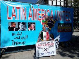 Con duras pancartas, manifestantes mexicanos protestaron el mismo 20 de enero ante la embajada de Washington en Ciudad de México, por la llegada a la presidencia de Estados Unidos del derechista Donald Trump. Crédito: Emilio Godoy/IPS
