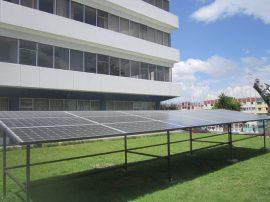 Paneles fotovoltaicos en la sede de la Organización Latinoamericana de Energía (Olade) en Quito, generan tres kilovatios, reduciendo así costos de la institución y sirviendo de planta demostrativa para estimular el uso y la generación de energía solar. Crédito: Mario Osava/IPS