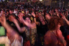 El público baila al son de Los Pleneros de la 23 Abajo en la Plaza del V Centenario. (Ricardo Alcaraz/Diálogo)