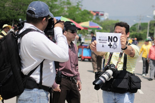Periodistas hondureños protestan contra una ley de secretos oficiales que atenta contra su función social. Mediante leyes y otros mecanismos, los gobiernos latinoamericanos coartan el derecho al acceso a la información, tema este año del Día Mundial de la Libertad de Prensa. Crédito: Thelma Mejía/IPS