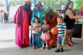 Los niños recibieron regalos y disfrutaron de actividades recreativas acompañados de los tres Reyes Magos.