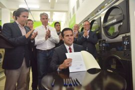 Ricardo Rosselló Nevares firma la reforma laboral (Suministrada)