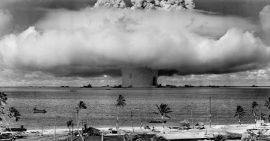 Ensayo de una bomba atómica en el atolón Bikini en 1946. Crédito: Departamento de Defensa de Estados Unidos, vía Wikimedia Commons.