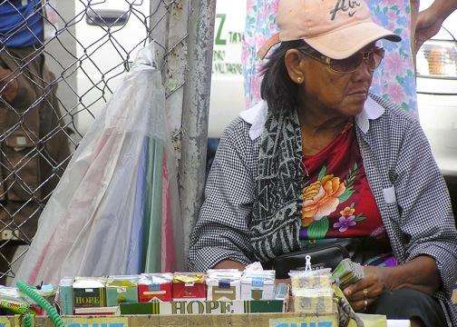 Una vendedora en Manila ofrece cajas de 20 cigarrillos a menos de un dólar. Crédito: Kara Santos / IPS