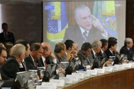 El presidente de Brasil, Michel Temer, en la pantalla, durante un encuentro con diputados de la Comisión que analiza la reforma de la previsión social, cuya aprobación el gobierno espera lograr este semestre y que endurece las condiciones de jubilación en el país. Crédito: EBC