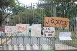 También, los portones alrededor de la Universidad se encuentran adornados por pancartas y banderas colocadas por los manifestantes. (Enrique Fortuño/ Diálogo)