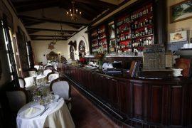 Interior del Restaurante 1800, en la Plaza San Juan de Dios, en el centro histórico de la ciudad de Camagüey, en el centro de Cuba. El establecimiento es una muestra del creciente emprendimiento privado, que busca mayor participación en el boom de la demanda turística, que el sector estatal no logra atender. Crédito: Jorge Luis Baños/IPS