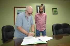 Raúl Macchiavelli, decano del CCA, e Ian Pagán Roig, del Proyecto Agroecológico El Josco Bravo, durante la firma del acuerdo. (Carlos Díaz / Prensa RUM)