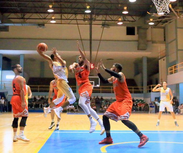 Los Tiburones de Aguadilla derrotaron 51-45 a los subcampeones Taínos del Turabo en el baloncesto. (Suministrada)