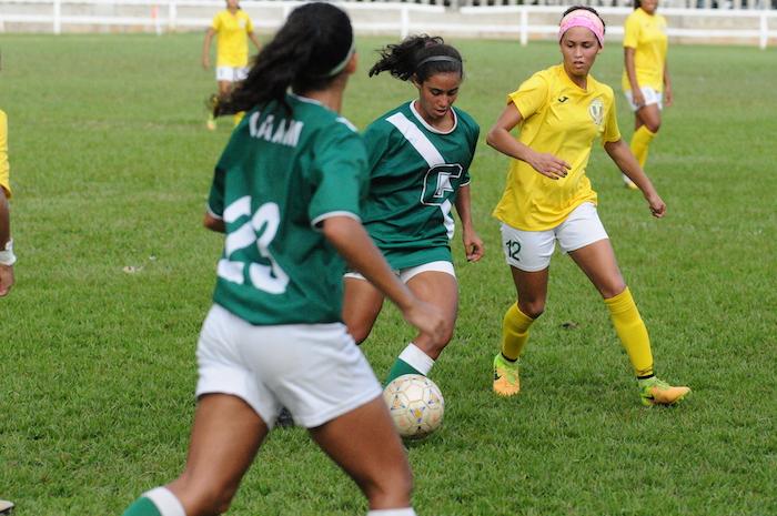 Cara a cara Interamericana y Colegio en el inicio del fútbol femenino este jueves. (Luis F. Minguela / LAI)