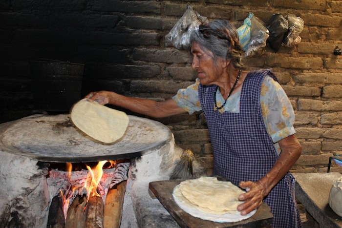 Una mujer indígena cocina tortillas en Oaxaca, México. Latinoamérica es una de las regiones mundiales con una creciente desigualdad socioeconómica. (Visualhunt)