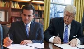Ricardo Rosselló y Donald Trump firman órdenes ejecutivas.