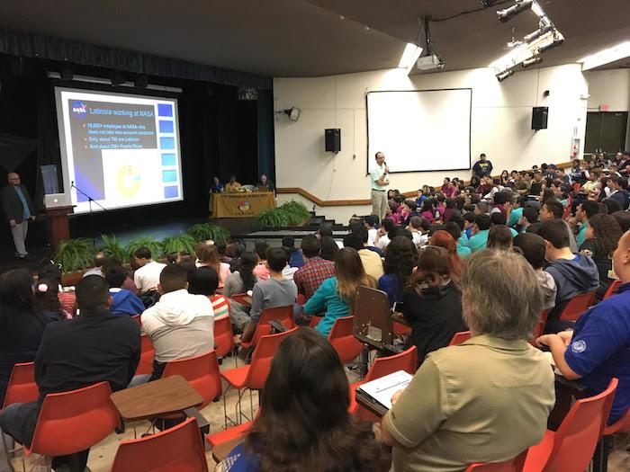 Cerca de 300 estudiantes de escuela superior asistieron a la conferencia. (Reuel Torres)
