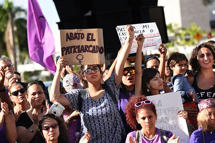 Cientos se congregaron ayer frente a UBS en la Avenida Ponce de León en reclamo de equidad para las mujeres. (Ricardo Alcaraz/Diálogo)