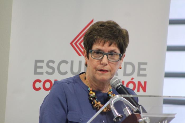 La doctora Magali García Ramis se dirige al público.