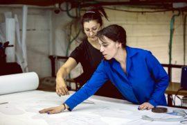 Dos trabajadoras en una empresa textil de la capital de Colombia. Casi la mitad de las mujeres en edad de trabajar en América Latina y el Caribe, 126 millones, integran la fuerza laboral. Pero ellas enfrentan una creciente tasa de desocupación, que podría puede sobrepasar 10 por ciento este año, algo que no se veía desde hace dos décadas. Crédito: J. Bayona/OIT