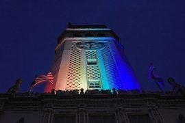 Torre de la UPR iluminada. (Ricardo Alcaraz/ Diálogo)