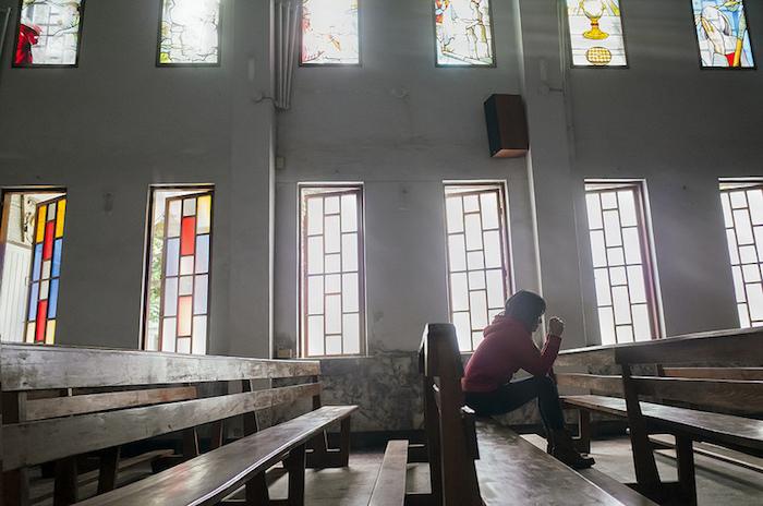 Orar en la iglesia. (Visual Hunt)