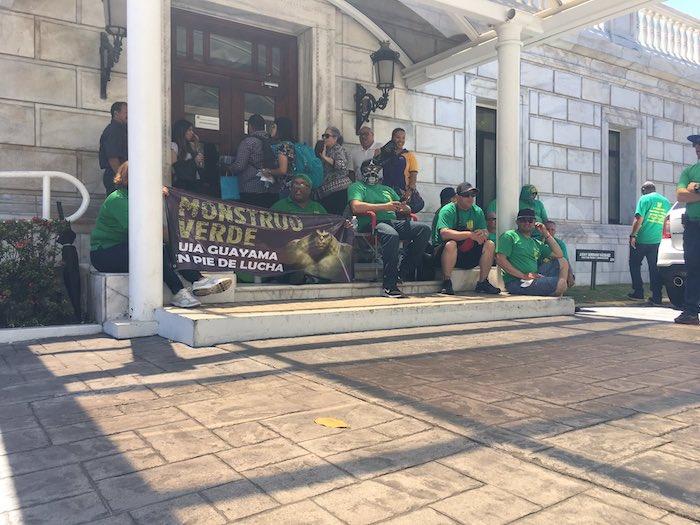 Protestan empleados de la AEE en el Capitolio. (Twitter)