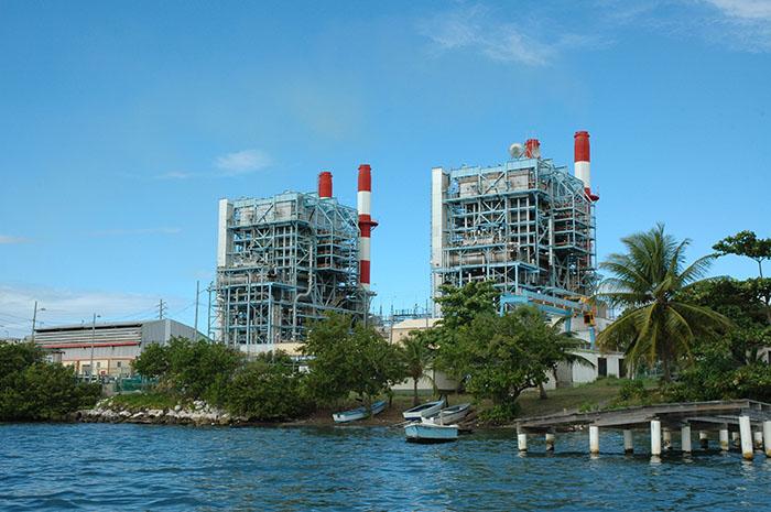 Termoeléctrica de la AEE en Salinas. El Aguirre Offshore Gas Port, que ubica en ese pueblo, se ha mencionado como uno de los potenciales proyectos críticos. (Ricardo Alcaraz / Diálogo)