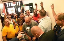 miembros de diversos grupos sindicales intentan entrar al Capitolio