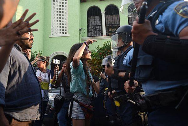 Altercado en Río Piedras entre estudiantes de la huelga UPR y la fuerza de choque por thomas rivera schatz