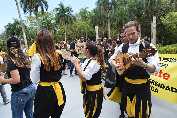 Comunidad universitaria de la UPR en Arecibo. (Ricardo Alcaraz/ Diálogo)