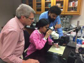 El doctor Quirk, la estudiante Estefanía Medina y el doctor Kelvin Quiñones en el laboratorio. (Suministrada)