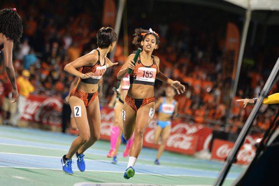 El relevo 4×400 metros femenino ganado por Turabo (Luis De Jesús/Diálogo)