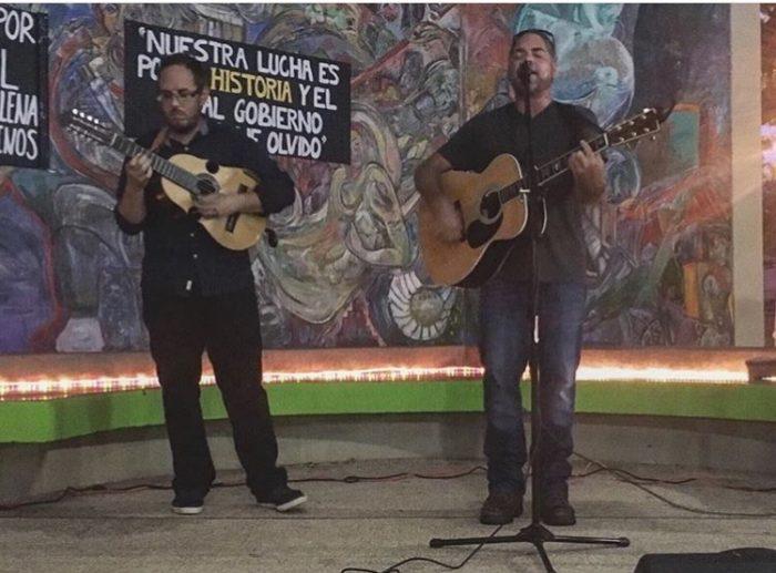 Tito Auger en el micrófono, acompañado por el cuatrista Christian Nieves. (Pulso Estudiantil)