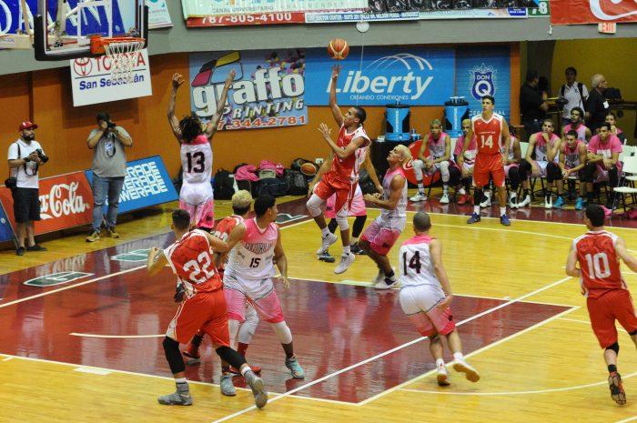 Los Gallitos de la UPR RP van a pertido decisivo con los Cocodrlos de la UMET en el baloncesto. (L. Minguela LAI) (1)