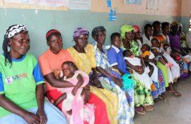 Madres y bebés esperan ser atendidos en una clínica financiada con recursos de Estados Unidos en Uganda. Crédito: Lyndal Rowlands/IPS.