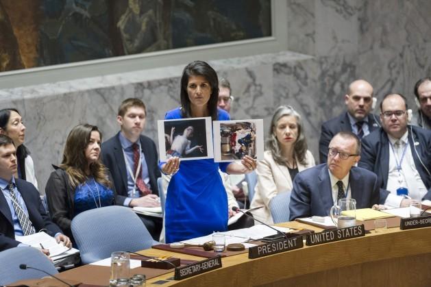 La representante permanente de Estados Unidos en la ONU, Nikki Haley, muestra fotografías de víctimas de los presuntos ataques químicos en Siria, el argumento esgrimido por Washington para lanzar un ataque aéreo unilateral contra el gobierno sirio. Crédito: Rick Bajornas/UN Photo.