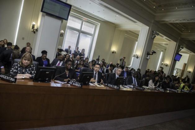 La ministra de Relaciones Exteriores de Argentina, Susana Malcorra (primera a la izquierda), durante la reunión del Consejo Permanente de la OEA, el miércoles 26, en Washington. Crédito: OEA