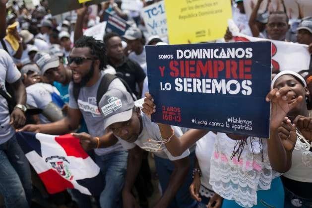 Personas víctimas de una sentencia que las declaró apátridas en República Dominicana se manifiestan en reclamo de la devolución de sus derechos. Crédito: Amnistía Internacional