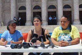 Desde la izquierda: Eva Ayala, de Educamos; Sofía Feliciano, del movimiento estudiantil de la UPR; y Mercedes Martínez, de la FMPR. (Glorimar Velázquez / Diálogo)