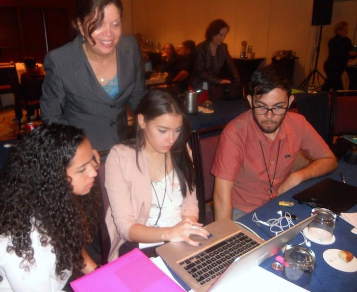 La profesora de la UPR en Arecibo, Zenaida Ramos Ramos, junto a sus estudiantes (de izq. a derecha) Jenilee Morales, Nicole Álvarez y Alec Rivera. Foto suministrada