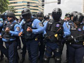 Policía en línea de defensa (Adriana De Jesús Salamán/Diálogo)