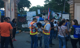 Frente a los portones de la UPRRP. (Twitter)