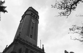 Torre en blanco y negro. (Archivo)