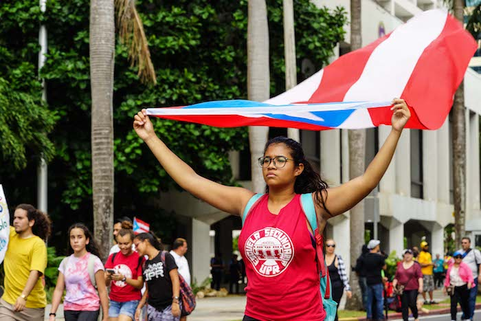Una joven con la bandera de P.R. en el Paro Nacional Manifestantes en el Paro Nacional (Pablo Pantoja Kunasek)