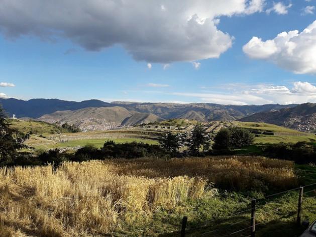 Uno de los valles de Cusco, en Perú, en el área de Machu Picchu, en donde la deforestación en sus montañas es visible. El retorno a los cultivos tradicionales es una de las respuestas para mitigar el impacto del cambio climático en la agricultura, indican los expertos. Crédito: Fabiana Frayssinet/IPS