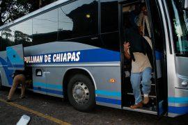 Salvadoreños detenidos y deportados desde México llegan a la Dirección de Atención del Migrante en la capital de El Salvador, donde son atendidos por funcionarios locales. Por el estigma de que a los deportados se les expulsa por haber cometido delitos, muchos se cubren el rostro al bajar del autobús. Crédito: Edgardo Ayala/IPS
