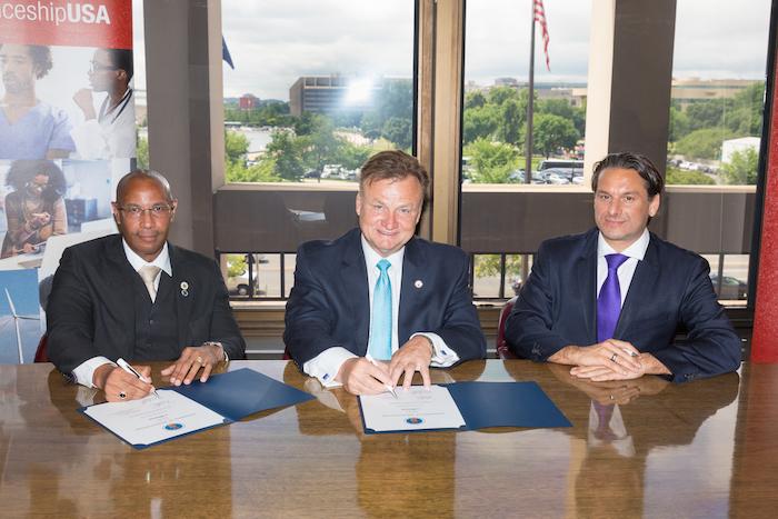 Prof. Wilmer Arroyo, Byron Zuidema, representante del Secretario de Comercio y representante de Lufthansa Technik