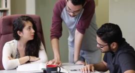 Estudiantes practicantes en la redacción de diálogo. (Captura de pantalla)