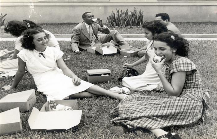 Estudiantes disfrutan al aire libre.