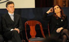 Cristina Fernández y Mauricio Macri, en un acto poco antes de que el actual presidente de Argentina asumiera el cargo, en diciembre de 2015, en una imagen en que una silla en medio simbolizó la separación entre los dos rivales políticos. Crédito: CEDOC