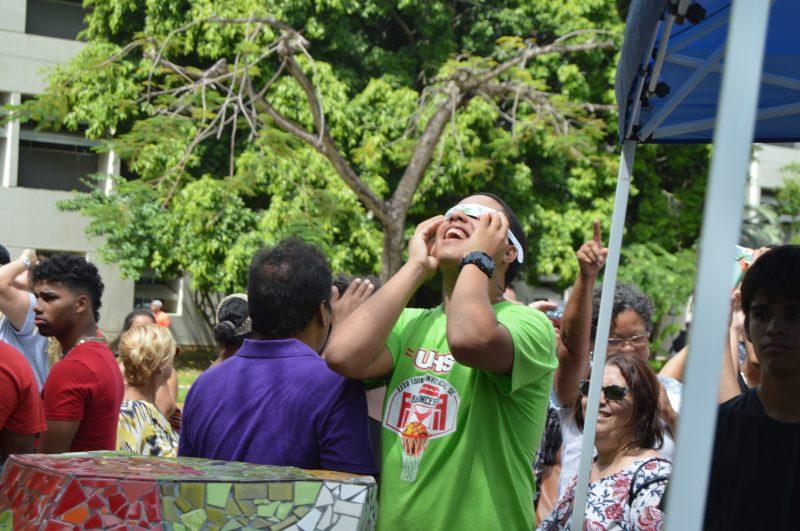 Estudiantes de la Secundaria de la Universidad de Puerto Rico, visitaron el recinto para presenciar este histórico evento. (Kenneth Matos/Diálogo)